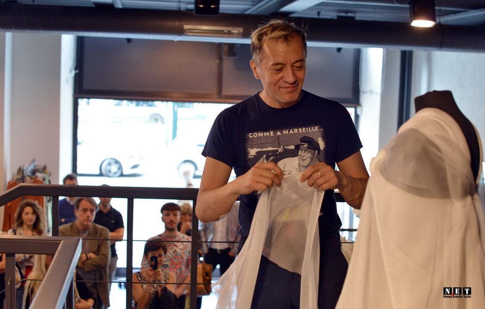 Вальтер Данг и его новое платье сделанное на глазах публики в Турине