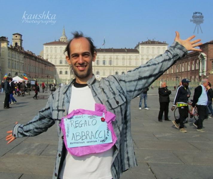 Torino abbracci gratis piazza Castello Italia