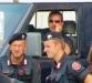 Полицейские охраняющие защитников прав животных Италия