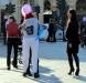 """in gruppo contraddistinti da un cartello con la scritta """"Abbracci gratis"""""""