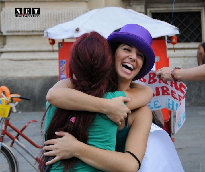 Бесплатные объятия в Италии Флешмоб бесплатные объятия Турин Пьемонт
