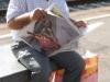 Пожилой итальянец читает газету