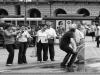 Развлечение итальянцев на площади у фонтана