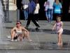 Мать и дочка у фонтана в Турине