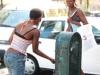 Две африканки пьют воду