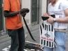 Африканцы торгующие ремнями на улице Гарибальди в Турине