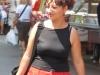 Итальянка с покупкой на рынке