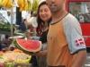 Активный араб на рынке Турина продавец арбузов