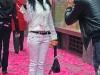 Девушка на фоне розовых листочков