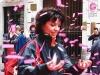 Женщина ловит розовые падающие листочки