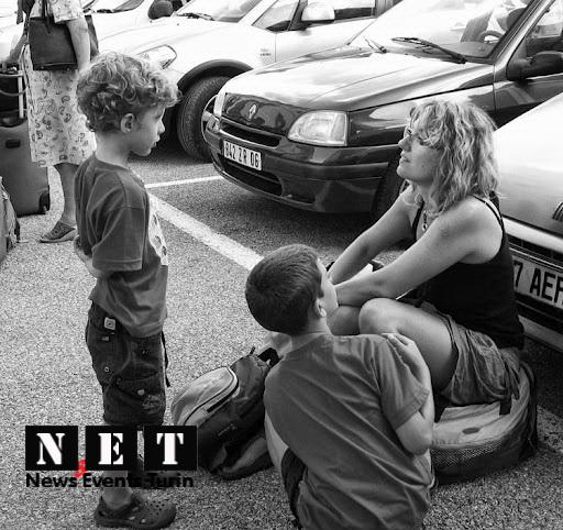 Итальянская мама развлекает детей