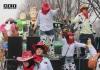 Группа подростков на карнавале в Италии