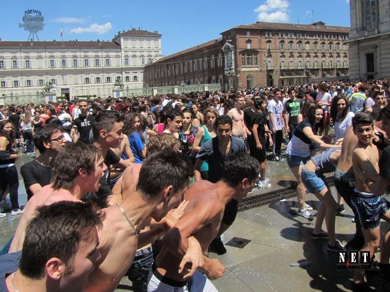 Студенты Турина в честь окончания школы купаются в фонтане города в одежде