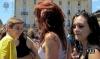 итальянские студентки купаются в фонтане