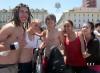 школьники и студенты в купание фонтане Турина