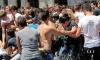 Выпускники купание в фонтане Италия.