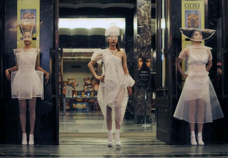 Необычные модные гирлянды Турина Пересечения античной и супер современной итальянской моды Турин San Federico