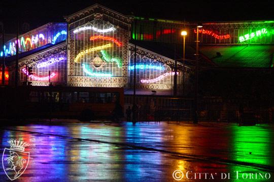 Любить различия художественные огни на центральном рынке Турина Luci d'Artista
