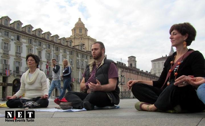 Медитация на главной площади в Турине см фото