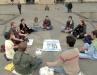 Группа людей медитирует за землю и воду в Турине