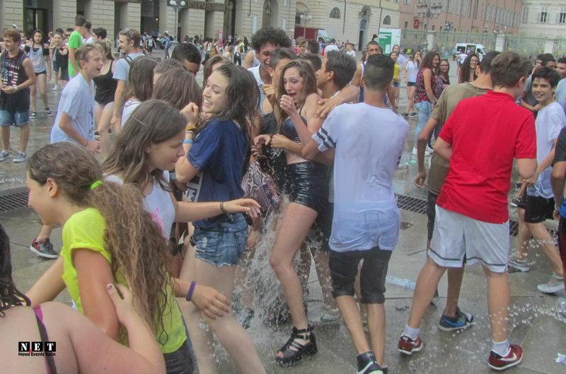 Fine scuola Torino foto video piazza Castello Torino fontana