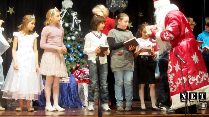 Дед мороз раздает детям Турина подарки