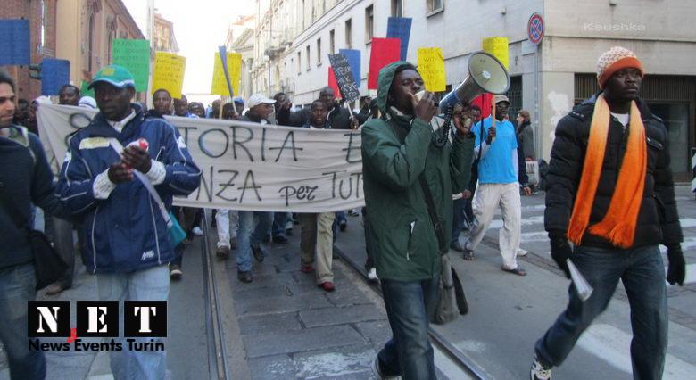 Беженцы с Африки на улицах Италии Турин