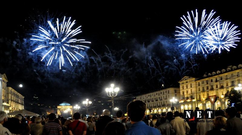 Жители Турина на площади в честь дня города смотрят традиционный салют