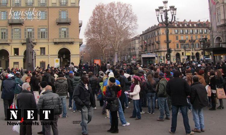 Площадь перед вокзалом Турина забита людьми с различными требованиями к властям города и республики