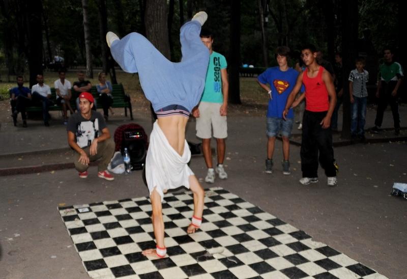 Уличные танцы в парке Пушкина в Турине
