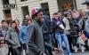 Парень выходец из Африки танцует в Турине