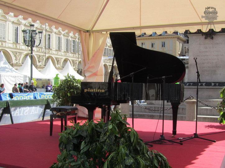 Пианино Фортепиано в центре Турина на площади Сан Карло