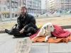 Бомж с собакой в Турине barbone