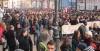 La polizia carica duramente gli studenti medi scesi in piazza