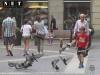 Мальчик гоняет голубей на площади Турина