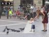 Мальчик пугает голубей в Турине