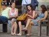 Итальянки сидящие на лавочке Турин