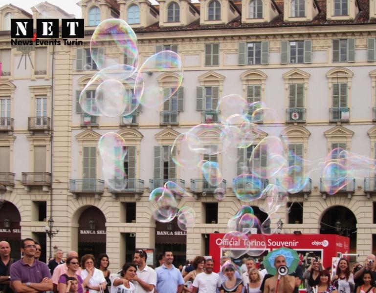 Тысячи мыльных пузырей в небе Турина