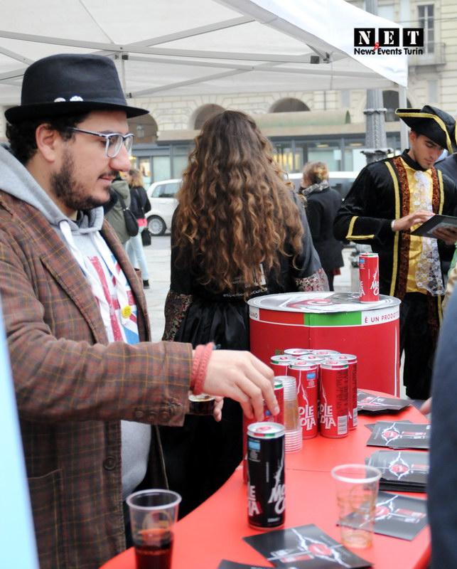Дегустация напитков на площади Турина
