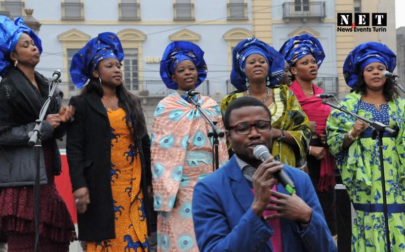 Gruppo africano a Torino piazza Castello