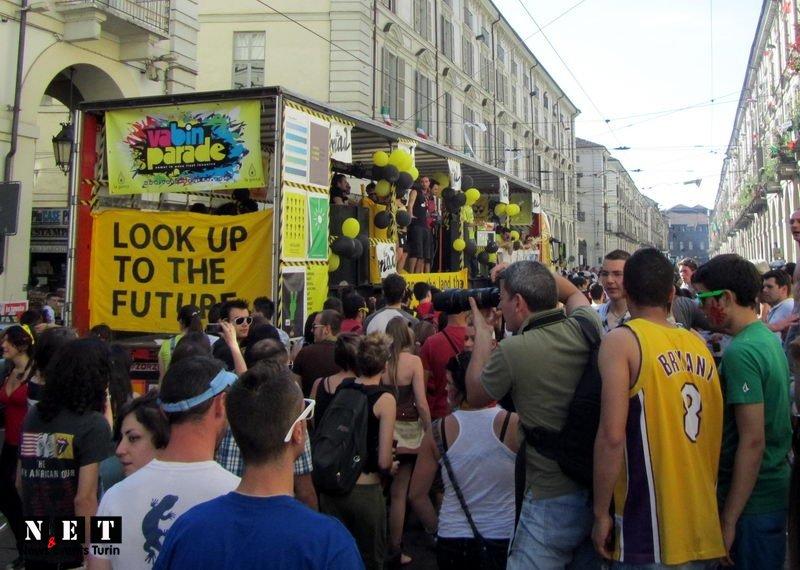 Стрит парад Европа Италия Турин уличное шествие молодежи Уличный парад в Италии