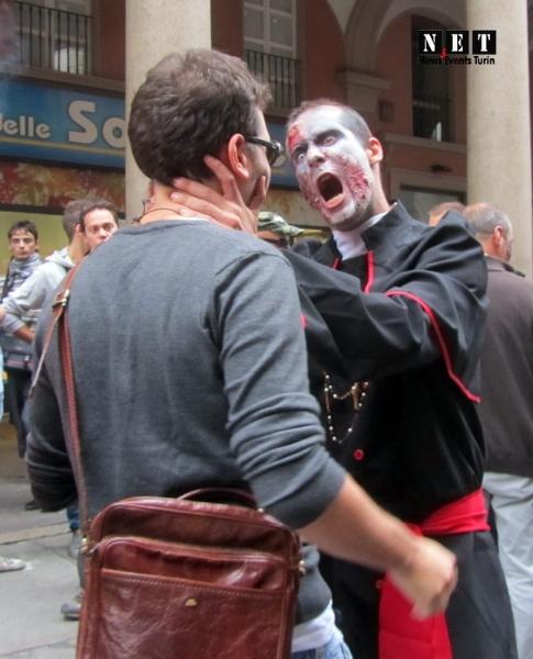 Зомби душит прохожего