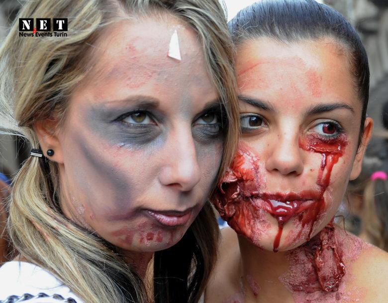 due belle ragazze zombie