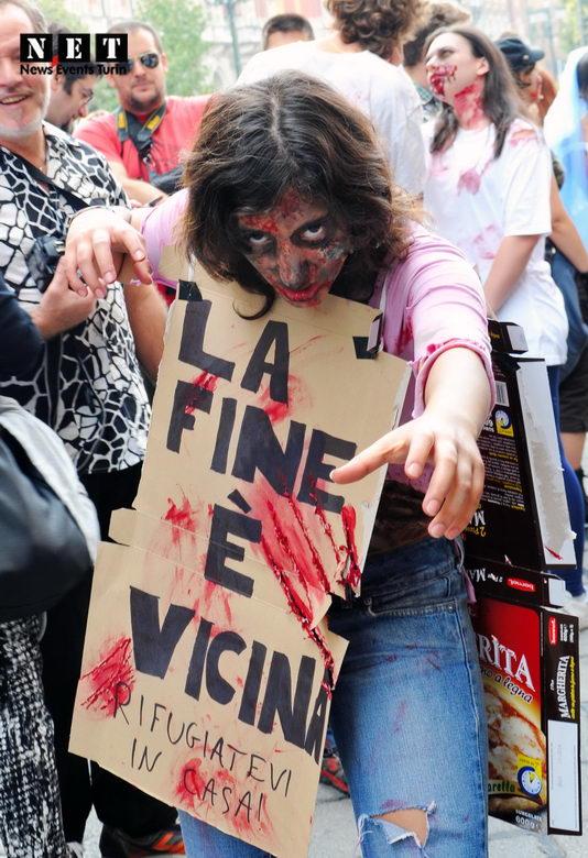 Ragazza Zombie con cartello