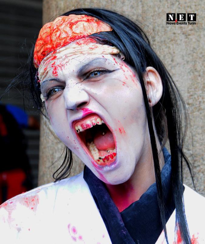 Una ragazza vampirico Zombie Walk Torino