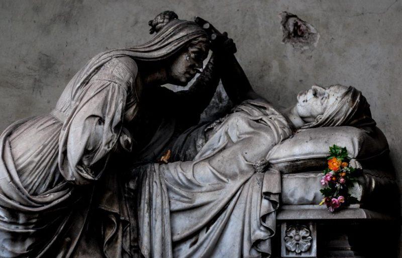 Скульптуры на могилах кладбище Турина