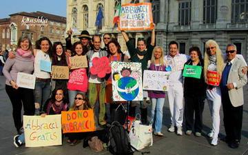 Бесплатные объятия Турин Италия Free Hugs