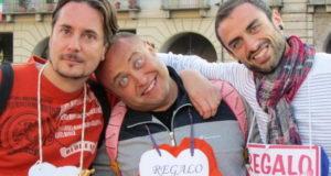 Итальянцы дарят друг другу бесплатные объятия.