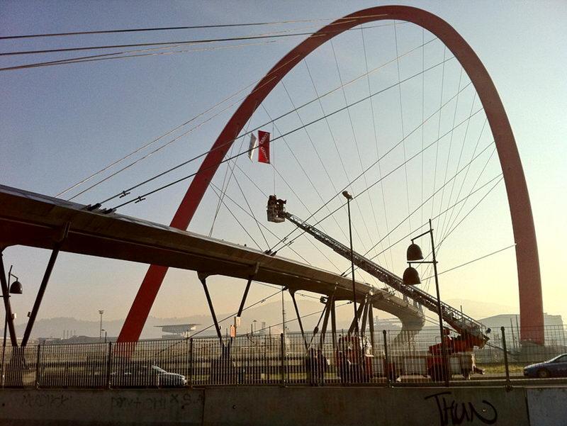 Старый итальянский профессор поднялся на мост в Турине в знак протеста