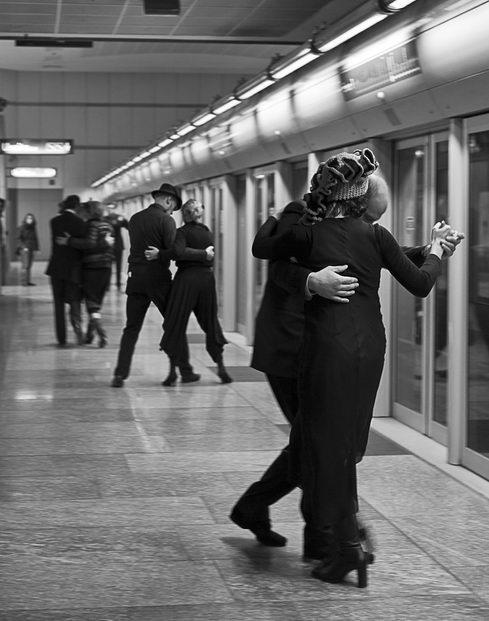 Итальянцы в метро Турина танцую танго